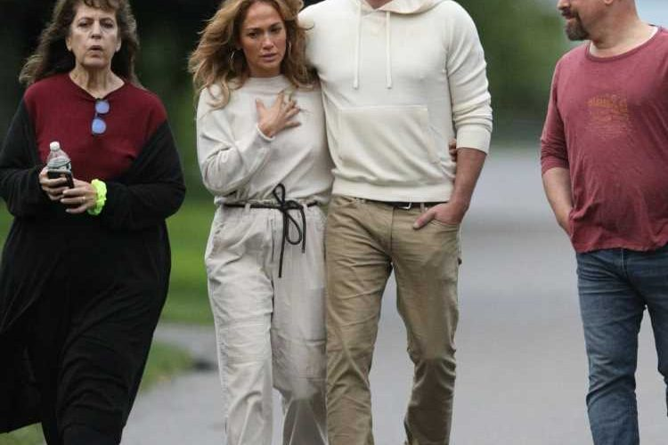 Ben Affleck & Jennifer Lopez were loved up in the Hamptons for the 4th of July